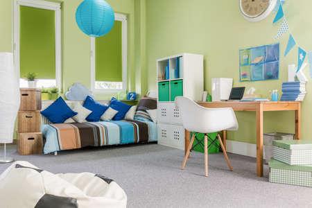 Foto de diseño de la sala espaciosa niño verde moderna