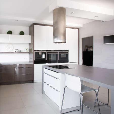 case moderne: Piante d'appartamento in cucina esclusiva in stile moderno