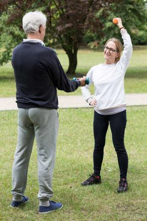 actividad fisica: Foto de par atl�tico madura durante la actividad f�sica al aire libre