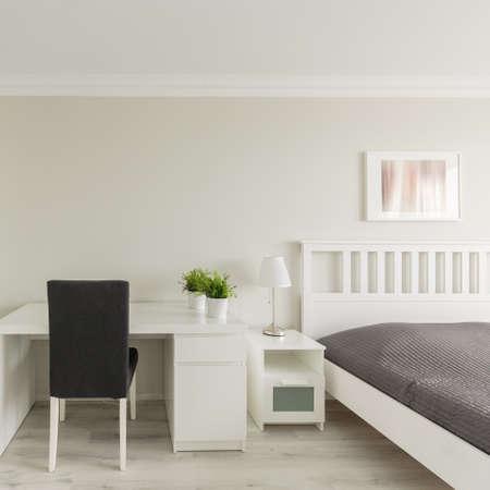 chambre à coucher: Photo de chambre confortable avec lumière zone d'étude Banque d'images