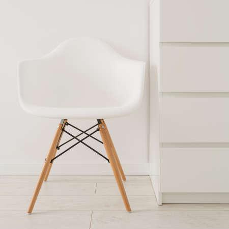 モダンなデザインの白い椅子のクローズ アップ
