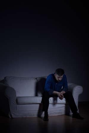 homme triste: Image verticale d'un homme mûr solitaire dans appartement vide