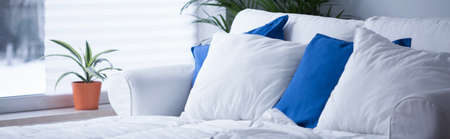 cama: Panorama de la cómoda cama con ropa de cama blanca y azul limpio Foto de archivo