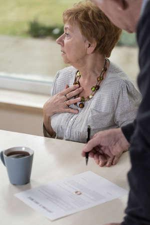 damas antiguas: La mujer mayor est� devastado porque ella se iba a divorciar