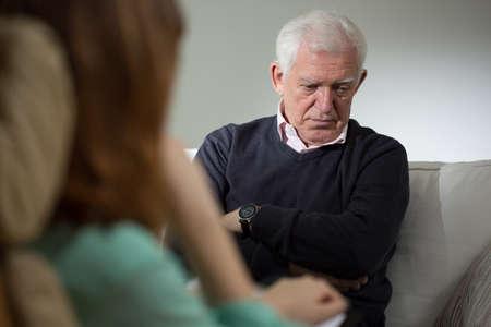terapia psicologica: Psic�logo de escuchar acerca de los problemas del hombre mayor Foto de archivo
