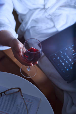 overuse: Problems of contemporary women who are lonely and overuse alcohol