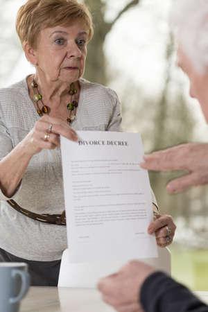 señora mayor: Señora de mediana edad es la celebración de una sentencia de divorcio