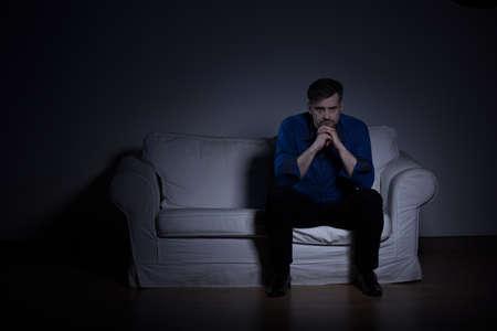 persona triste: Imagen de un hombre mentalmente perturbado después de la pérdida de la relación