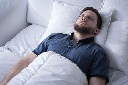 Foto von gut aussehend ängstlich Mann mit Schlafstörung