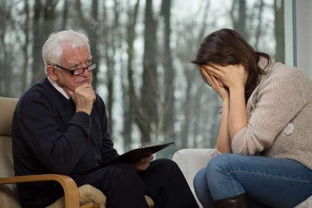 terapia psicologica: Desesperación mujer joven llorando durante la terapia psicológica