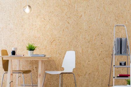 Beeld van de moderne werkplaats met decoratieve houten wand