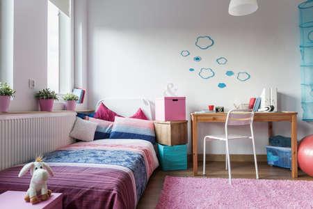 chambre � coucher: La chambre de petite fille - design moderne et confortable Banque d'images