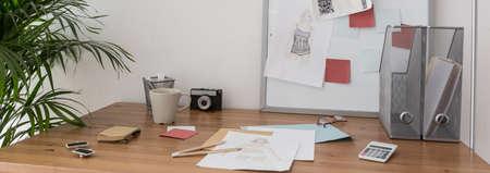 habitacion desordenada: Escritorio de la joven diseñadora de moda - visión horizontal