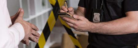 目撃者の話とノートを作って警察エージェントのパノラマ