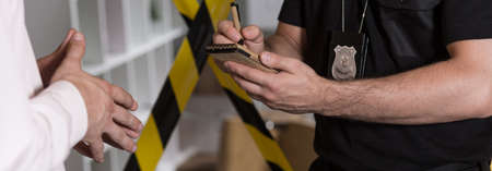 cintas: Panorama de la agente de la policía hablando con notas de testigos y hacer
