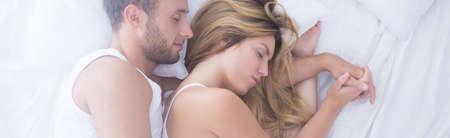 gente durmiendo: Imagen de los jóvenes en el amor en la cama para dormir