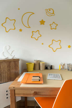 utiles escolares: Decoraciones de la pared por encima de la mesa en la habitación de los niños