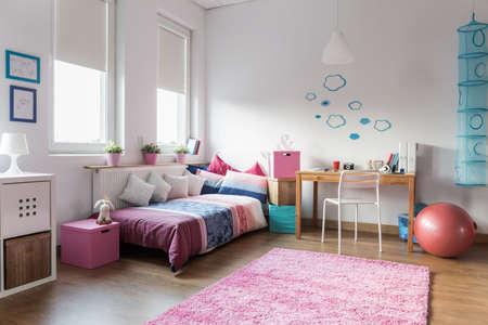 십 대 소녀의 침실과 연구를위한 공간