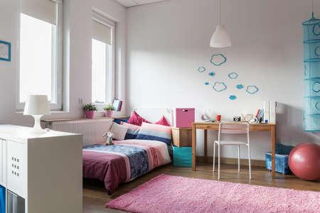 chambre � coucher: Cette chambre moderne et accueillant pour adolescente