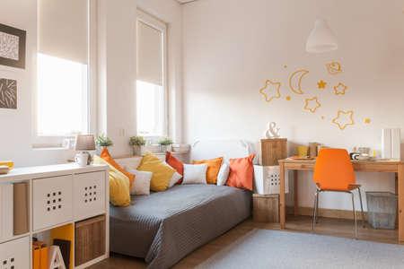 naranja: Accesorios de color amarillo y naranja en la moderna sala de adolescentes Foto de archivo