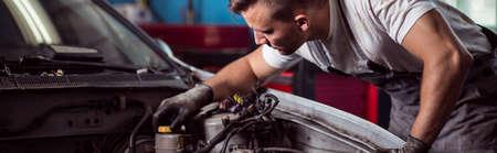 Zbliżenie auto mechanik naprawy silnika samochodu Zdjęcie Seryjne