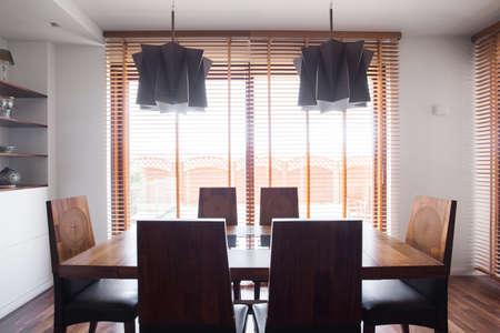 固体のシンプルなデザインの木製ダイニング テーブルと椅子のイメージ