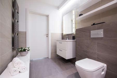 puerta: Imagen de amplio cuarto de ba�o con azulejos de color gris claro Foto de archivo