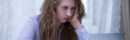 cansancio: El acoso cibernético - niña asustada siendo intimidado en línea