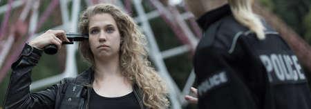 femme policier: Jeune femme est très déprimé et triste Banque d'images