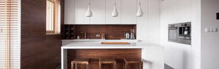 Panoramisch uitzicht van de moderne keuken eiland in houten keuken