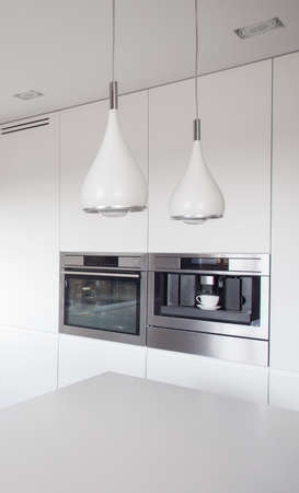 swag: Cierre de nuevas l�mparas de dise�o del swag en la cocina moderna Foto de archivo