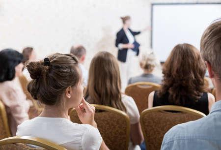 Imagen de discurso con diapositivas durante simposio Foto de archivo - 44776658
