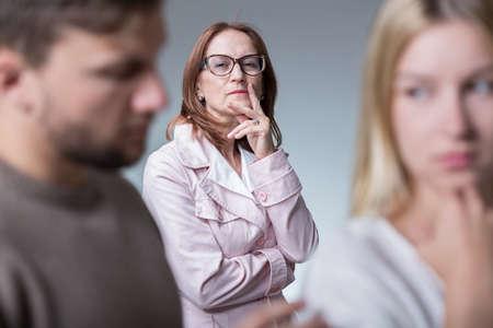 Problemi nei rapporti di matrimonio a causa di invidia madre-in-law Archivio Fotografico - 44776682