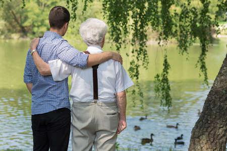 apoyo familiar: Imagen de padre e hijo pasar el tiempo libre en el parque Foto de archivo