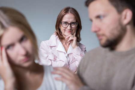 Nieuwsgierig gekke moeder-in-wet en het oplossen van het huwelijk problemen