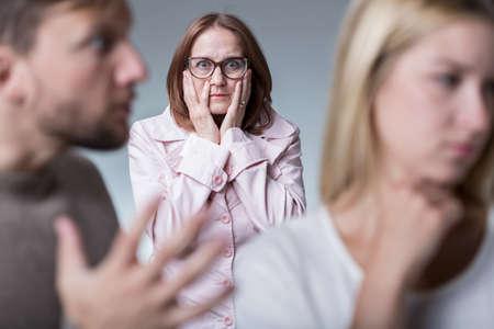 argument: Madre-en-ley interferir con pareja de jóvenes que tengan argumento