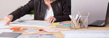 trabajando duro: Panorama de la mujer madura dura empresa familiar que lleva trabajando