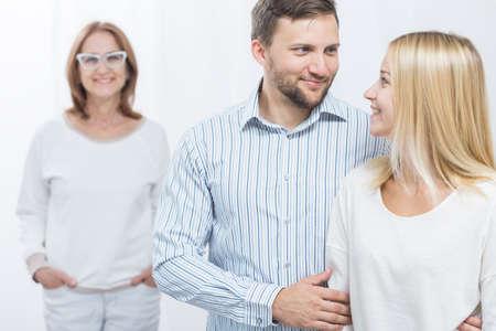 marido y mujer: Imagen del marido sonriente, esposa y madre-en-ley