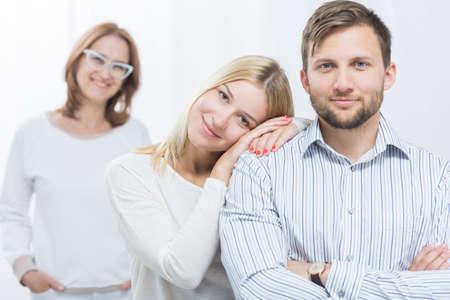 amigos abrazandose: Imagen de la joven pareja feliz y sonriente madre-en-ley