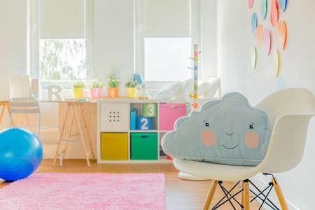 어린 소녀 또는 소년 귀여운 방