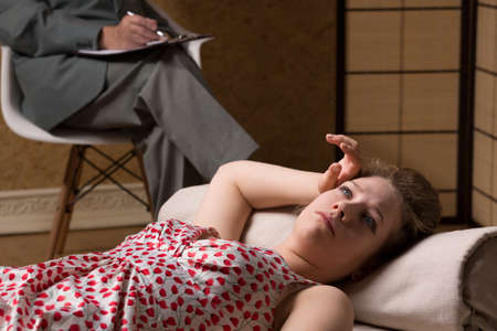 psychoanalysis: Woman lying on the couch during psychoanalysis Stock Photo