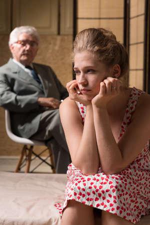 terapia psicologica: Mujer que sufre de depresión durante la terapia psicológica