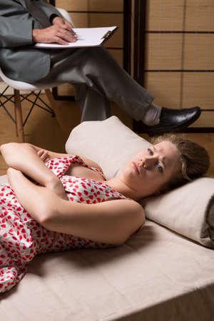sexuales: Mujer adicta a las relaciones sexuales durante la sesión de psicoterapia