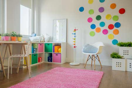 幼児のカラフルな部屋のインテリア