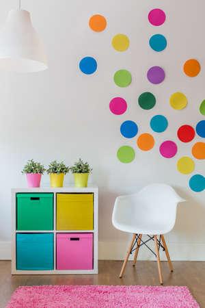 자녀에 대한 여러 가지 빛깔의 디자인 룸의 인테리어 스톡 콘텐츠