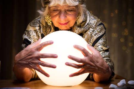 mágica: Bola de cristal mágica es un gadget de adivino Foto de archivo