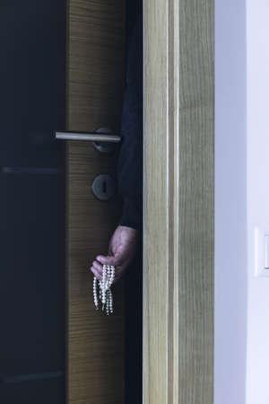 housebreaking: Thief hiding behind door stealing expensive jewellery
