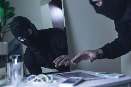 ladron: Ladrón en pasamontañas irrumpir en la casa Foto de archivo