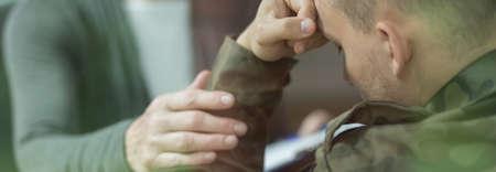 desesperado: Apoyo y ayuda para el soldado joven desesperada con un traumatismo