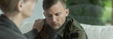 wojenne: Psycholog pocieszające i wspieranie młodego żołnierza z urazem Zdjęcie Seryjne